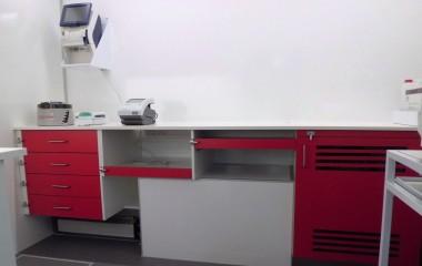 Rigeligt af bordplads i ergonomisk højde med plads til flere arbejdsstationer. Skuffer og skabe med sikring på, så de forbliver lukkede under kørslen.