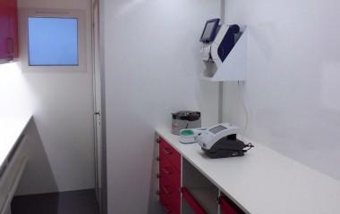Rigeligt af bordplads i ergonomisk højde med plads til flere arbejdsstationer. Skuffer og skabe med sikring på, så de forbliver lukkede under kørslen. Vindue for lyst og venligt arbejdsmiljø.