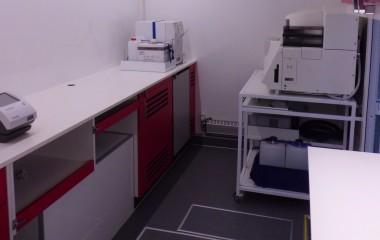 Teknikskab og køleskab indbygget under arbejdsbord. Laboratorieudstyr fastgjort til bordpladen. LED arbejdslys og tagmonteret aircondition.