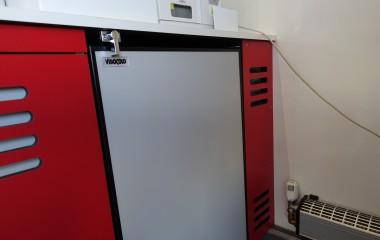 Køleskab indbygget under bordplade med hasp for at holde den lukket under kørsel.