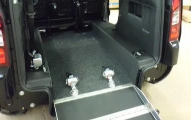 Low Floor system monteret i Citroën Berlingo. Pæn finish med fuldlimet gulvtæppe.