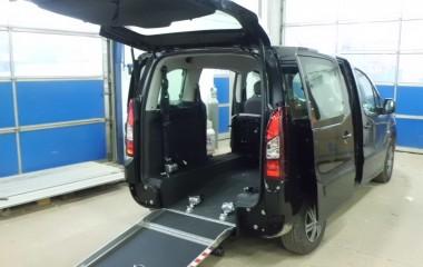 Low Floor system monteret i Citroën Berlingo for at kørestolsbruger kan køre ind bagi bilen.