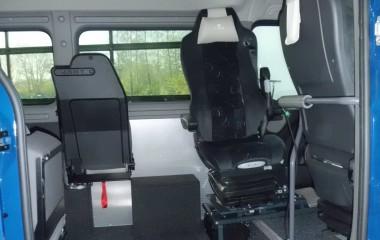 Grammer specialsæde med luftaffjedring og armlæn monteret på 6-vejs konsol.