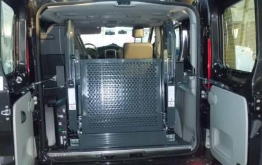 Indvendig lift med foldeplatform, elektrisk bagdørsåbner samt fjernbetjening til lift og bagdør.