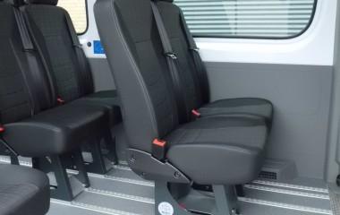 Martech M1 passagersæde. Monteret på Twinlock ben medet-grebs-betjening, der gør det let at skubbe stolen frem og tilbage i skinnerne uden at løfte stolen. Højdejusterbar nakkestøtte.