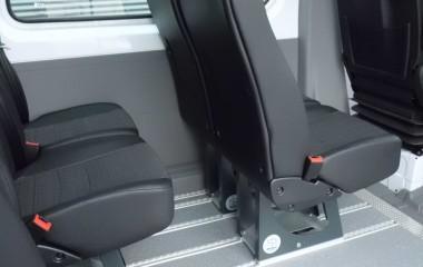 Martech M1 passagersæde. Monteret på Twinlock ben medet-grebs-betjening, der gør det let at skubbe stolen frem og tilbage i skinnerne uden at løfte stolen. Slidstærkt plast på bagsiden af stolen.