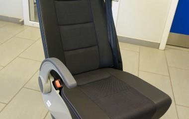 Intap Flexiseat M1 passagersæde. Fastmontering eller aftagelig med NMI-/Unwin-ben. Justerbart ryg- og armlæn. Bagside: Klapbord med kopholder, 2 håndtag og netlomme til opbevaring. Beklædt med sort standardbetræk - eller efter ønske.