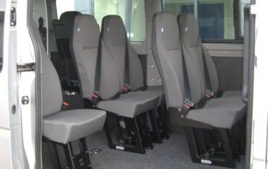 M1 passagersæde, Jany type 801. Aftagelig med to-grebs-betjening. Kan også leveres til aluminiumsgulv. Integreret 3-punkts sikkerhedssele. Plastbagbeklædning på stoleryg gør stolen slidstærk.  Høj fast ryg med indbygget nakkestøtte.