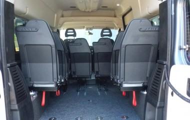Jany type 862 drejeklapstole monteret på hjulkasseboks i en Fiat Ducato. Særlige features: Justerbar høj ryg med indbygget nakkestøtte og plastbagbeklædning på stolryg gør stolen slidstærk
