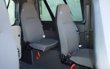 Jany type 862 drejeklapstole monteret på hjulkasseboks i en Fiat Ducato. Særlige features: Justerbar høj ryg med indbygget nakkestøtte, og plastbagbeklædning på stolryg gør stolen slidstærk.