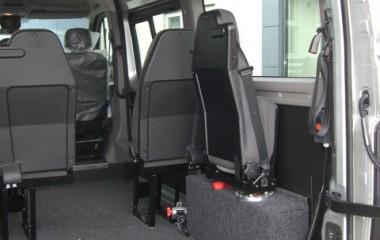 Jany type 862 drejeklapstol monteret på hjulkasseboks i en Renault Master. Særlige features: Justerbar høj ryg med indbygget nakkestøtte, og plastbagbeklædning på stolryg gør stolen slidstærk.