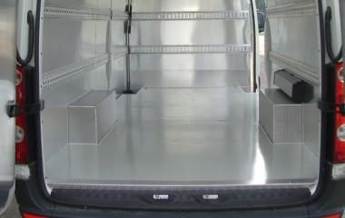 Vandttæt og hygiejnisk aluminiumsbeklædning på sider, døre og loft. Isolerede sider og loft. Aluminiumsgulv belagt med skridsikker Sikatransfloor.