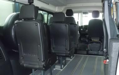 Opbygget med aftagelige stole med Twinlock-ben i venstre side og to drejeklapstole i højre side for at gøre plads til kørestole.