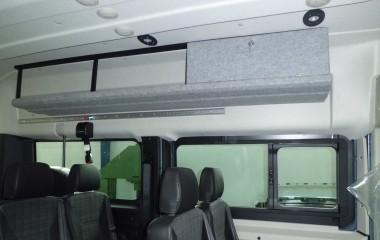 Hattehylde med aflåseligt rum. LED-spots i loftet, og Unwin aluskinner til montering af skulderseler til kørestolsbruger monteret med lovpligtige forstærkninger over sideruder.