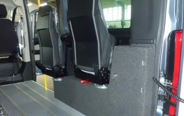 2 drejeklapstole Jany type 862 samt indbygget, aflåselige skab for opbevaring af kørestolsbespænding.