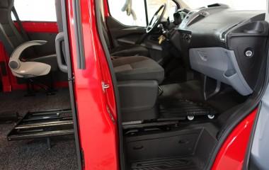 Autoadapt 6-Way Base konsol under passagersæde med fodplade fortil.
