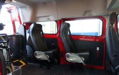2 Intap passagersæder med justerbart ryg- og armlæn samt integreret sikkerhedssele.