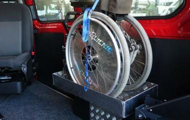 Hylde med rem for opbevaring af manuel kørestol