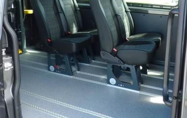 Alugulv med skridsikker vinyl og gennemgående skinner for montering af M1 Martech stole. Indstigningshåndtag for lettere indstigning.