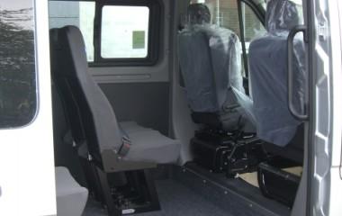 Aftagelige passagersæder model Jany type 801. Gulv med fuldlimet sort tæppe. Håndtag for lettere indstigning.