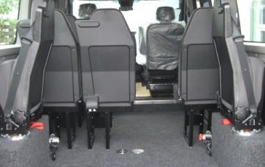 Jany drejeklapstole type 862 monteret over hjulkasser. 2 sæt gulvbeslag for kørestolsbespænding.