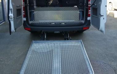 Udvendig DK lift monteret med overkørselsplade inden for bagdør. Bagdøre er monteret med gasdæmpere.