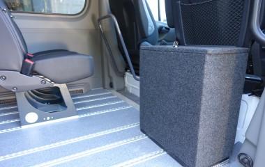 Aflåselig opbevaringsboks til kørestolsbespænding.