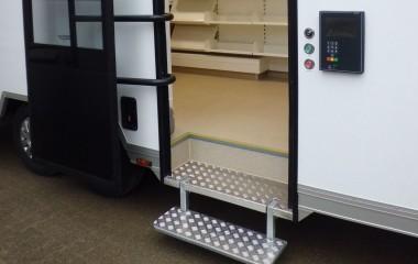 Let tilgængelig for gangbesværede med lavgulvstrailer og indbygget trinkasse med udklappelige trin ved døren. Traileren er fuld funktionsdygtig uden at være tilkoblet forvognen. Traileren kan bruges uden personale via selvbetjent adgangskontrol.