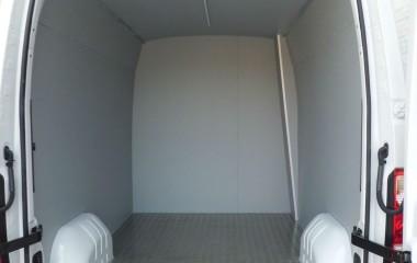 Varebil til fødevaretransport med vaskebare overflader og alugulv
