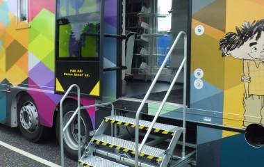 Adgang for gående brugere via indbygget, elektrisk betjent trappe med manuelt fold-ud-funktion, som personalet betjener ved ankomst og afgang