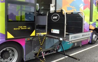 Let tilgængelig for kørestolsbrugere med indbygget lift under automatisk dør.