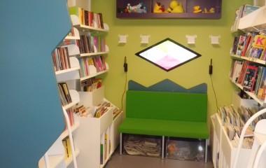 Bibliotekstbussen fleksibelt indrettet som mobilt bibliotek udført af vores samarbejdspartner Modul Retail Solutions. Hyggeligt indrettet børnehjørne i bagenden.
