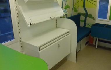Fleksibelt indrettet af Modul Retail Solutions med børnehjørne og arbejdsbord til bibliotekaren.