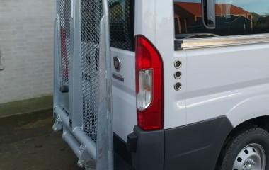 Udvendig DK lift monteret med betjeningskontakter i højre bag.