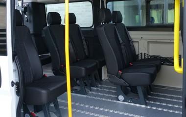 Alugulv med 8 gennemgående skinner og skridsikker vinyl. Aftagelige M1 Martech stole samt indstigningsstang og -håndtag.