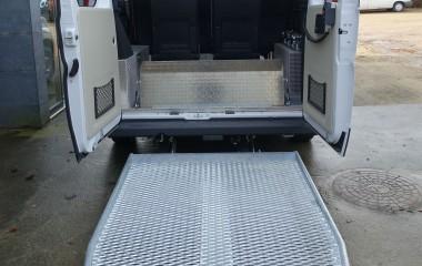 Udvendig DK lift med overkørselsplade monteret inden for bagdøren.