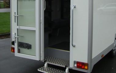 Let tilgængelig for gangbesværede med superlavramme chassis og indbygget trinkasse med udklappelige trin ved dør.