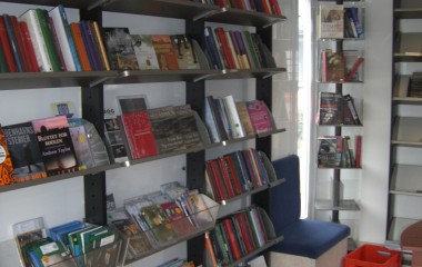 Biblioteksrummet er fleksibelt indrettet som mobilt bibliotek.