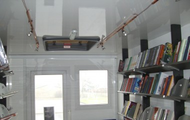 Godt indeklima med god lysfordeling på grund af loftspots samt naturligt lysindfald gennem taglem og termovinduer.