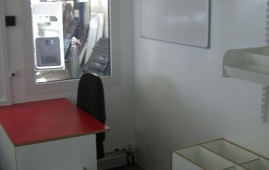 Biblioteksrummet er indrettet som mobilt bibliotek med arbejdsplads til personale.