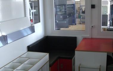 Biblioteksrummet er indrettet som mobilt bibliotek med hyggeligt læsehjørne.