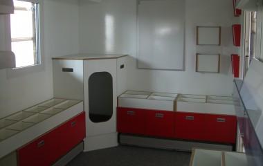 Biblioteksrummet er indrettet som mobilt bibliotek tilpasset børn med bl.a. legehule i hjørnet.