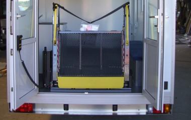 Dobbelte døre med indvendigt monteret lift for adgang med kørestol.