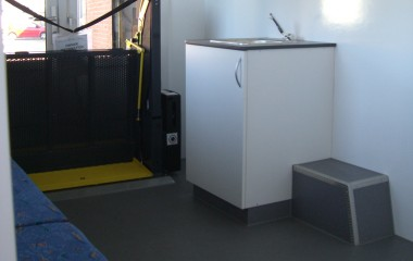 Sundhedsbussen kan indrettes efter behov. Her ses den indrettet med håndvask og varmt/koldt vand samt en briks.
