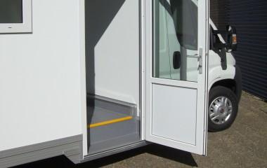Let tilgængelig for gangbesværede med superlavramme chassis samt dør med indbygget trinkasse.