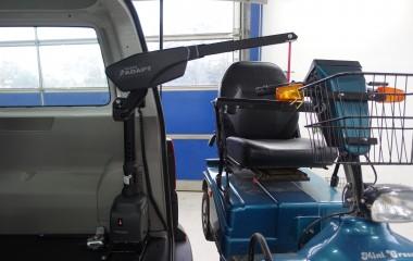 Kørestolskran med løftekapacitet på 180 kg til løft af en Mini Crosser.