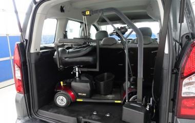 Kørestolskran med løftekapacitet på 90 kg til løft af lille elkøretøj.