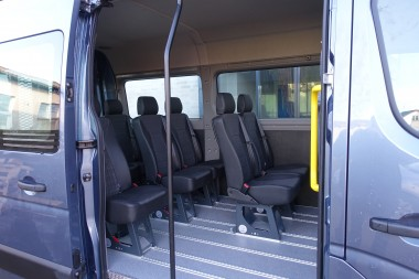 Alugulv med gennemgående skinner for montering af M1 Martech stole og kørestolsbespænding. Indstigningsstang og -håndtag.