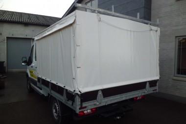 Standard trælad med presenningsrig, gardinpresenning i sider og oprul i bag. Galvaniseret lastbøjle i bag og anhængertræk.