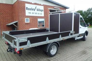 Standard trælad med værktøjsskab bag førerhuset, der har påmonteret galvaniseret lastbøjle.